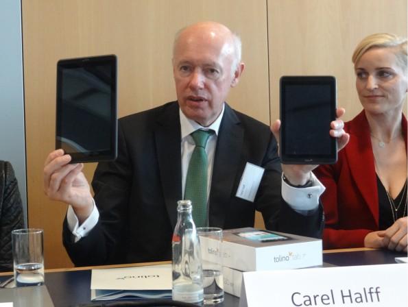 """Weltbild-Chef Carel Halff mit den Tolino Tablets 7"""" und 8,9"""""""