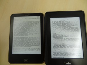 Tolino Vision (l), Kindle Paperwhite 2 bei voller Beleuchtung
