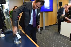Weltbild-Geschäftsführer Gerd Robertz versenkt den Tolino Vision 2