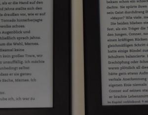 Kindle (2014) links, Kindle Paperwhite 2 rechts