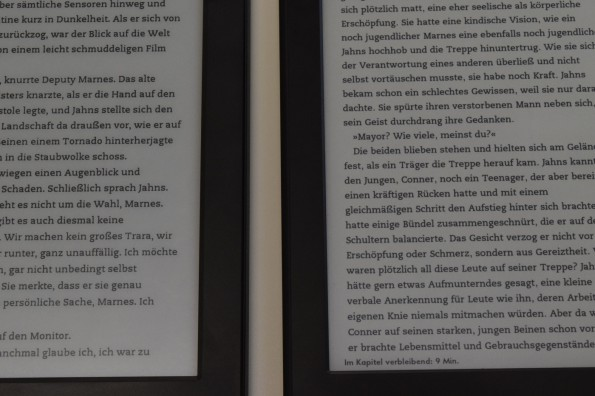 Unbeleuchtet: Kindle (2014) links, Kindle Paperwhite 2 rechts.