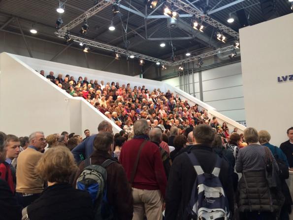 ...gibt es eine der größten Lesebühnen der Messe (die vordersten Zuhörer auf dem Bild stehen praktisch schon auf dem Amazon-Stand). Da ist Publikumsverkehr garantiert.