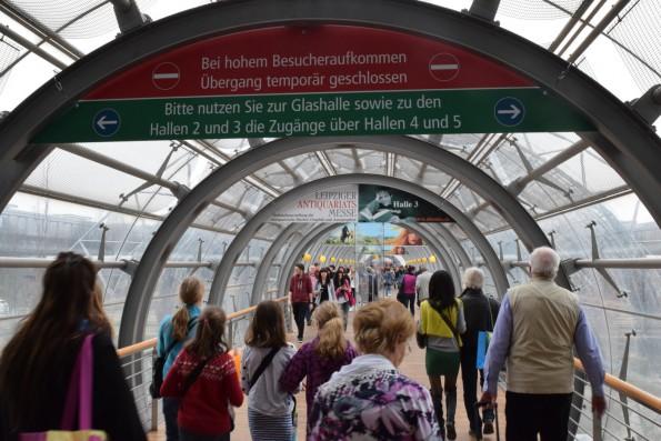 Die Messehallen sind über Tunnel miteinander verbunden, die im Notfall gesperrt werden - am besonders besucherstarken Wochenende ist das auch regelmäßig der Fall, ...