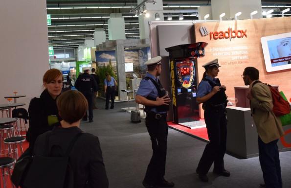 Wie auf jeder internationalen Großveranstaltung sind auch auf der Frankfurter Buchmesse Sicherheitskräfte allgegenwärtig und bisweilen auch aktiv im Einsatz. Hier sorgte ein herrenloser Koffer für eine weiträumige Absperrung.