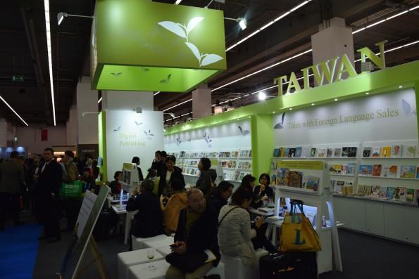 Überhaupt ist keine Buchmesse so international wie die Frankfurter Ausstellung. In den Messehallen gibt es Inhalte aus fernen Ländern...