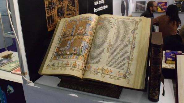 """Buchmessen vereinen wie vielleicht kein zweiter Ort alte und neue Welt. Auf der einen Seite die """"schönen alten Bücher"""" und Kunstdruckbetriebe, ..."""