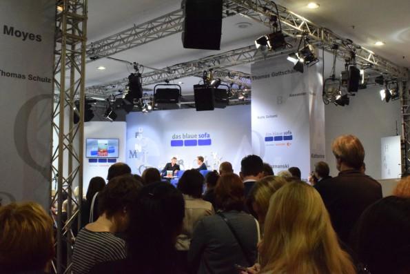 Im Vergleich zu Leipzig sind die Lesebühnen auf der weltgrößten Buchmesse gefühlt eine Nummer kleiner. Große Beliebtheit erfreuen sich traditionell die Präsentationen bei Fernsehanstalten wie dem ZDF (mit dem Moderator, der auch das neue Literarische Quartett verantwortet) ...