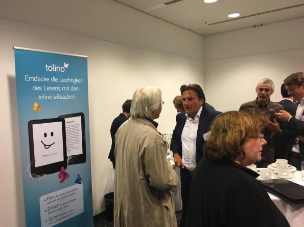 """Im Vorjahr wurden die Tolino-Lesegeräte zum Auftakt der Buchmesse im Rahmen einer Pressekonferenz vorgestellt, diesmal änderte man das Prozdere. Wir bekamen die Geräte eine Woche vor der Messe in der Berliner Telekom-Dependanz präsentiert und überreicht, was uns vorab ausführliche Testberichte von Tolino Vision 3 HD und Tolino Shine 2 HD ermöglichte (und einen entspannteren Start in die Messe). In Frankfurt gab es """"nur"""" ein lockeres Pressefrühstück mit den Spitzen der Tolino-Allianz, darunter Thalia-Chef Michael Busch, Weltbild-Geschäftsführer Sikko Böhm und Nina Hugendubel."""