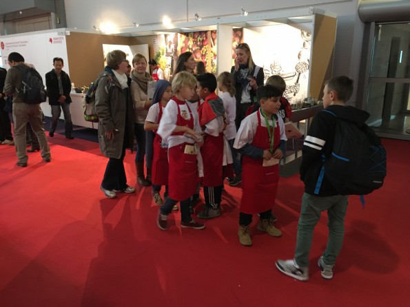 Obgleich die Frankfurter Buchmesse eine Trennung von Geschäft (Mittwoch bis Freitag) und privat (Samstag und Sonntag) vorsieht, war die Messe schon an den Fachbesuchertagen auch von Nachwuchskräften der Branche bevölkert.