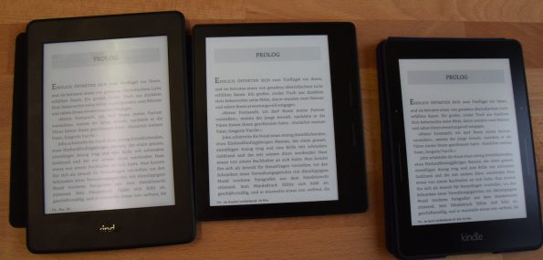 Mit 100% Beleuchtung: Kindle Paperwhite 3, Kindle Oasis, Kindle Voyage (von links)