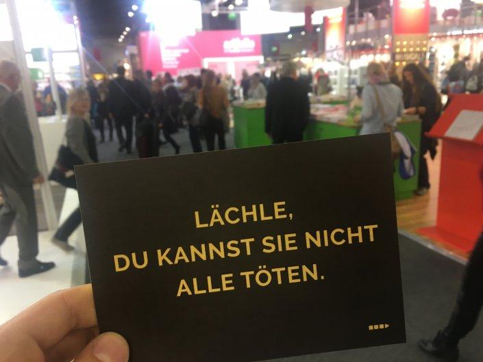 ...Bastei Lübbe mit seinen Postkarten den richtigen Leitspruch vorgab.