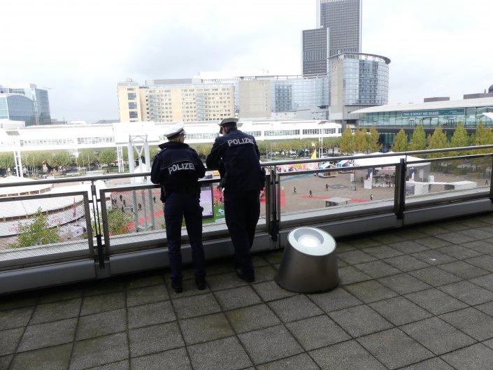 ...sowie eine massive Polizei-Präsenz. Diesmal sorgten intensive Taschenkontrollen für lange Schlangen an den Eingängen.